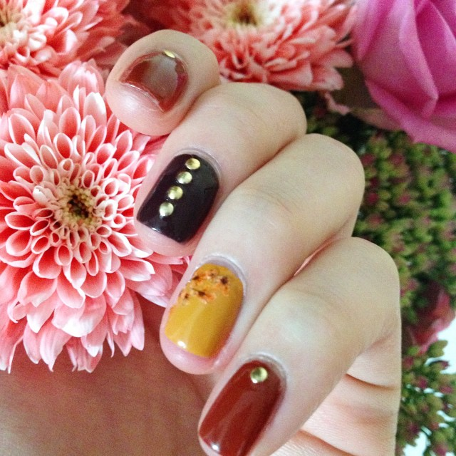 Sneaky peak of some of the new @barrymcosmetics Autumn Gellys - with real flowers both on my nails and off! ?? I LOVE THESE COLOURS! #bbloggers #lbloggers #nailsofig #barrym #retro #flowers #autumnwinter #gellypolish #newrelease #nailblogger #nailart