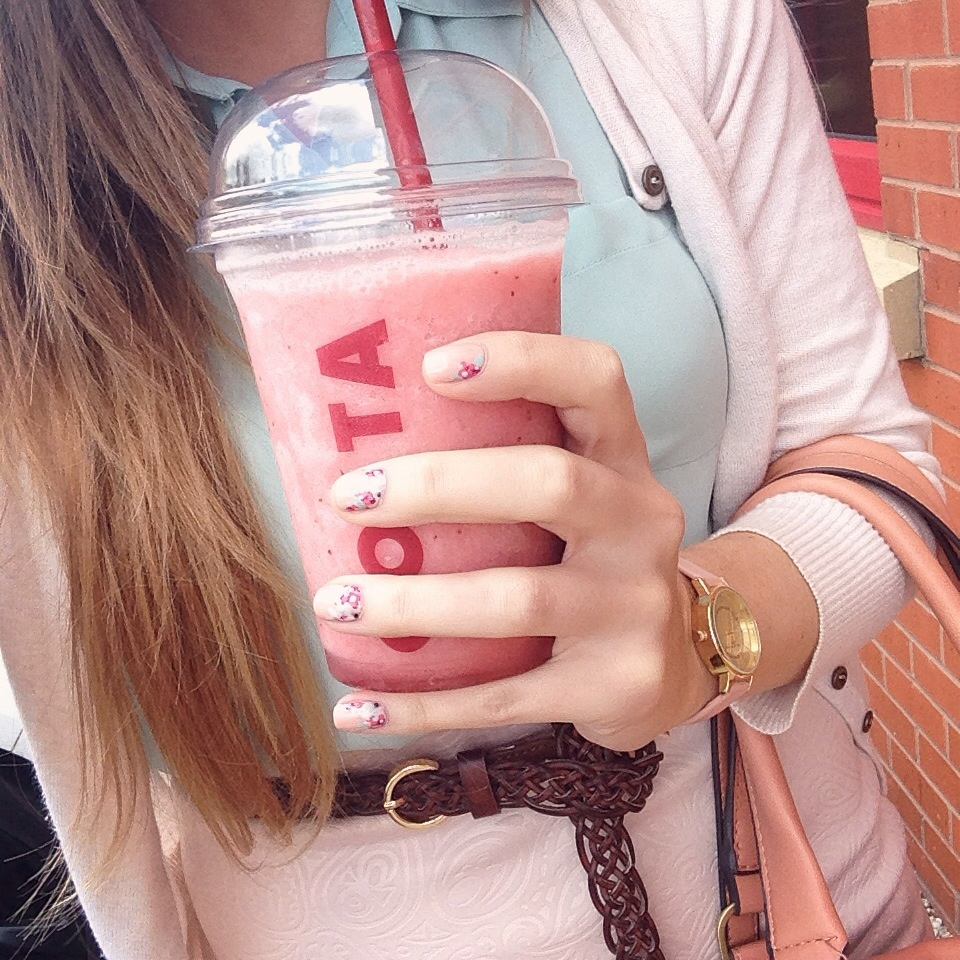 costa coffee, girl holding coffe, girl holding smoothie, costa strawberry and lime cooler, hellosummermoments