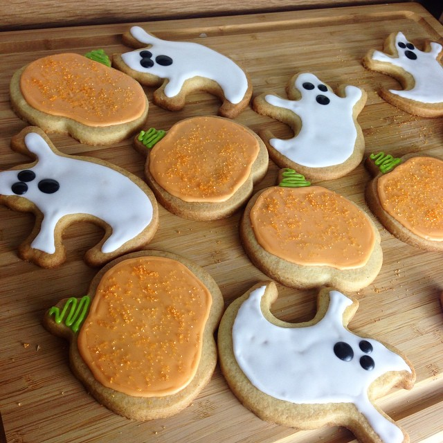 We have our Halloween Housewarming party at the weekend and are off to Alton Towers Scarefest tomorrow so both call for spooky gingery cookie treats! ????? #lbloggers #baking #halloween #gingerbread #sugarcookies #pumpkincookies #ghostcookies #fdbloggers #food