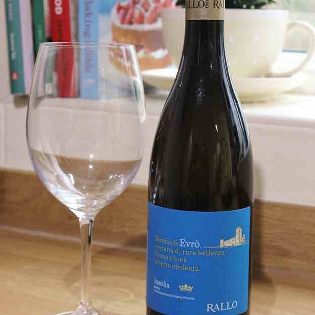 On The Blog Today | A stunning Italian white and some great wine deals ???#lbloggers #fdbloggers #winetasting #winereview #foodblog #rallo #armitwines